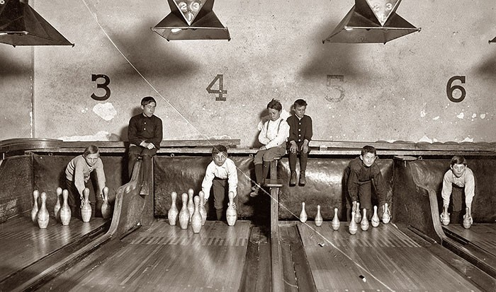 pin-boys-setting-up-pins-bowling
